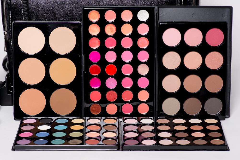 OUR STUDENT KIT IS CUSTOMIZED TO INCLUDE PRODUCTS FROM SOME OF OUR FAVORITE LINES INCLUDING GRAFTOBIAN, MAKEUP ARTIST NETWORK, BDELLIUM, ...